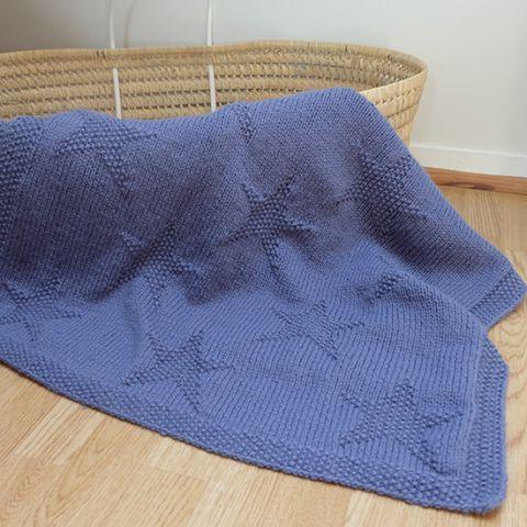 Les vacances d'été sont finies et les températures commencent à descendre doucement. J'en ai donc profité pour reprendre les aiguilles et réaliser une petite couverture pour bébé. Cette…