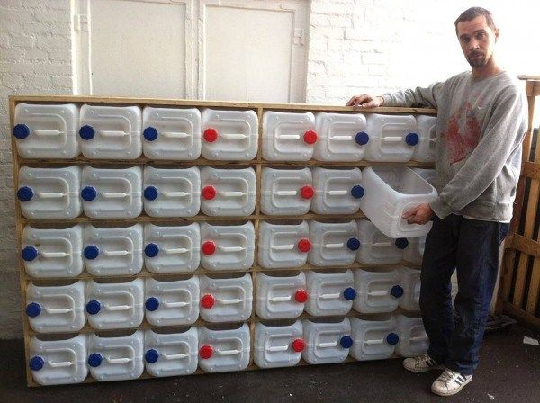 Espectacular sistema de almacenamiento reusando con garrafas de plástico.
