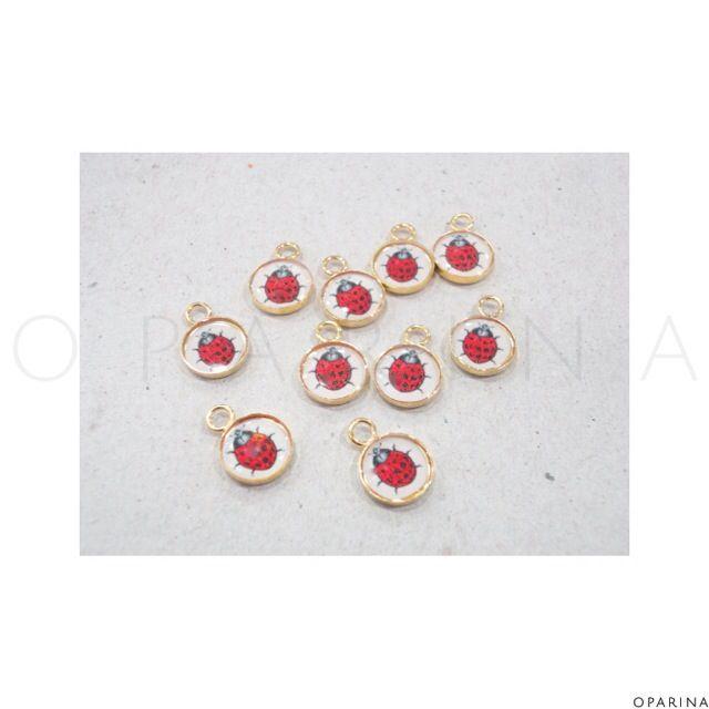 Dijes Resinados de Mariquita con Base de Goldfilled. #oparina #ladybug #mariquita #jewelryfindings #jewelrybeads #boho #bohochic  #madewithstudio