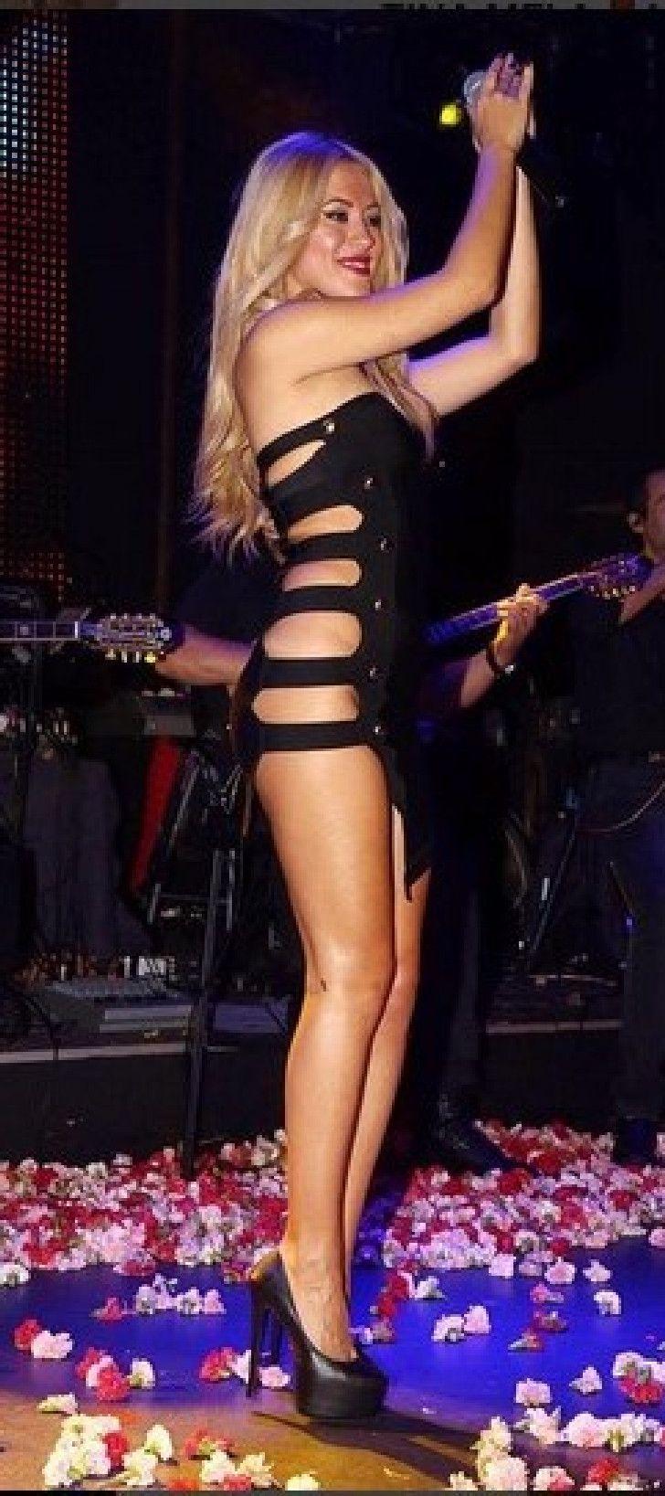 Τίνα Μελά. Η τραγουδίστρια που «αναστατώνει» τις πίστες της Θεσσαλονίκης χωρίς εσώρουχα!