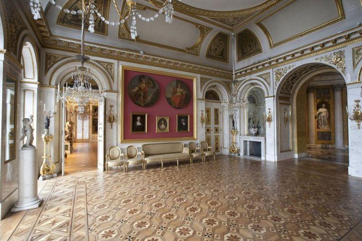 i Sala Salomona, która zawierała cenne malowidła Bacciarellego; Pałac na Wyspie
