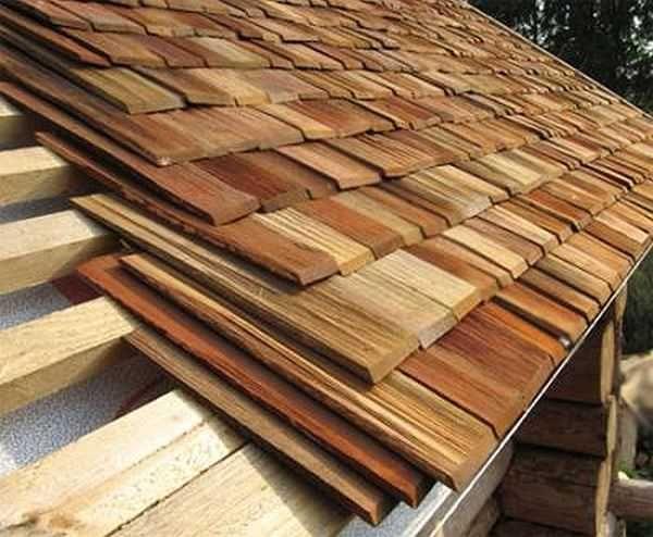 Под первый слой подкладывают более короткие дощечки, чтобы выровнять толщину покрытия