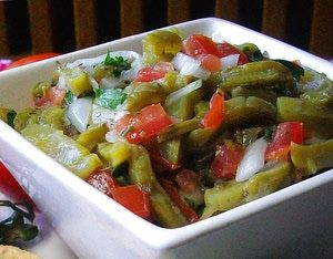 Ensalada de nopales: La ensalada de nopales porta los colores de la bandera mexicana:  verde, blanco y rojo.