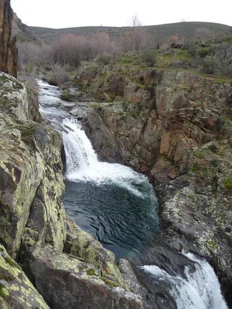 Las 25 mejores ideas sobre cascada de la piscina en for Piscinas naturales rio malo