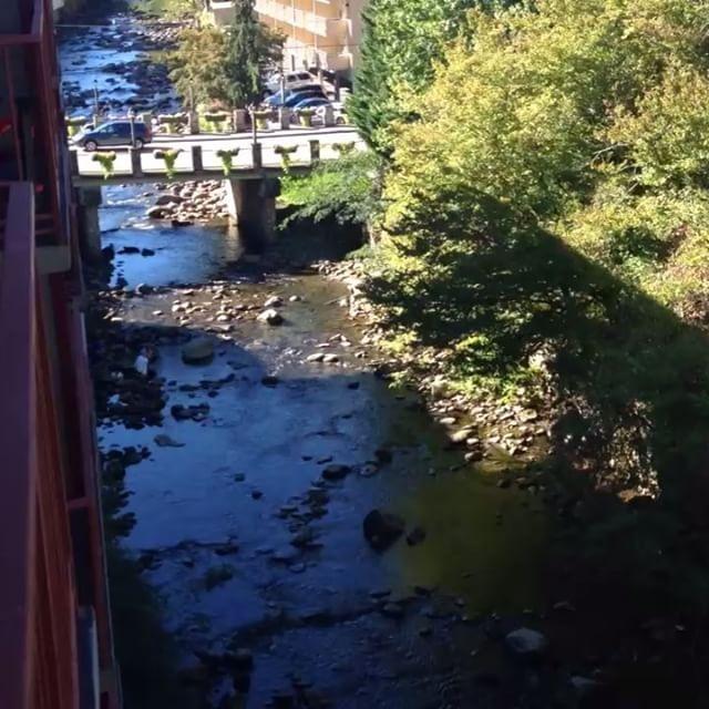 Places to stay in the Smokey Mts, Gatlinburg, TN #baymontontheriver #smokeymountains #travel #vacation #riverside #gatlinburg #fall #relax #videos