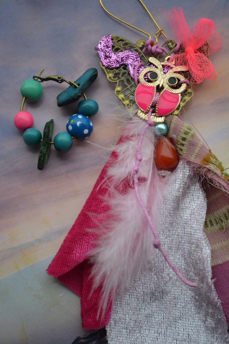 """Boucles d'oreille dépareillées dont une créole """" En rose et bleu ou vis-versa"""" avec breloque hibou rose, soie de sari : Boucles d'oreille par les-perles-de-eihpos"""