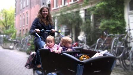 #urbaninfant  Mom rides with 2 babies in boxbike