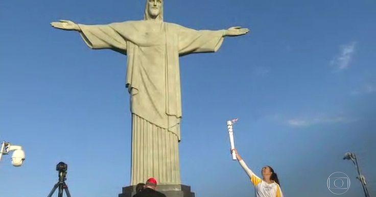 Isabel do vôlei recebe a tocha olímpica no Cristo Redentor