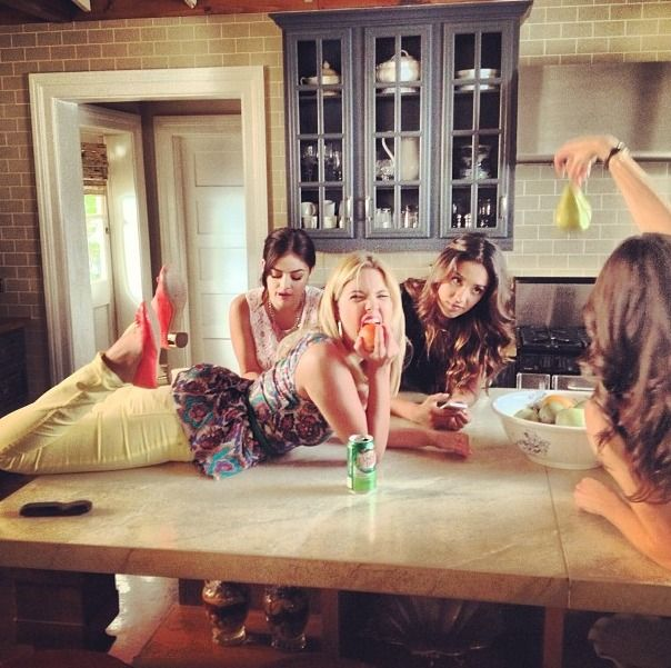 Pretty Little Liars Behind-the-Scenes: Goofing Around