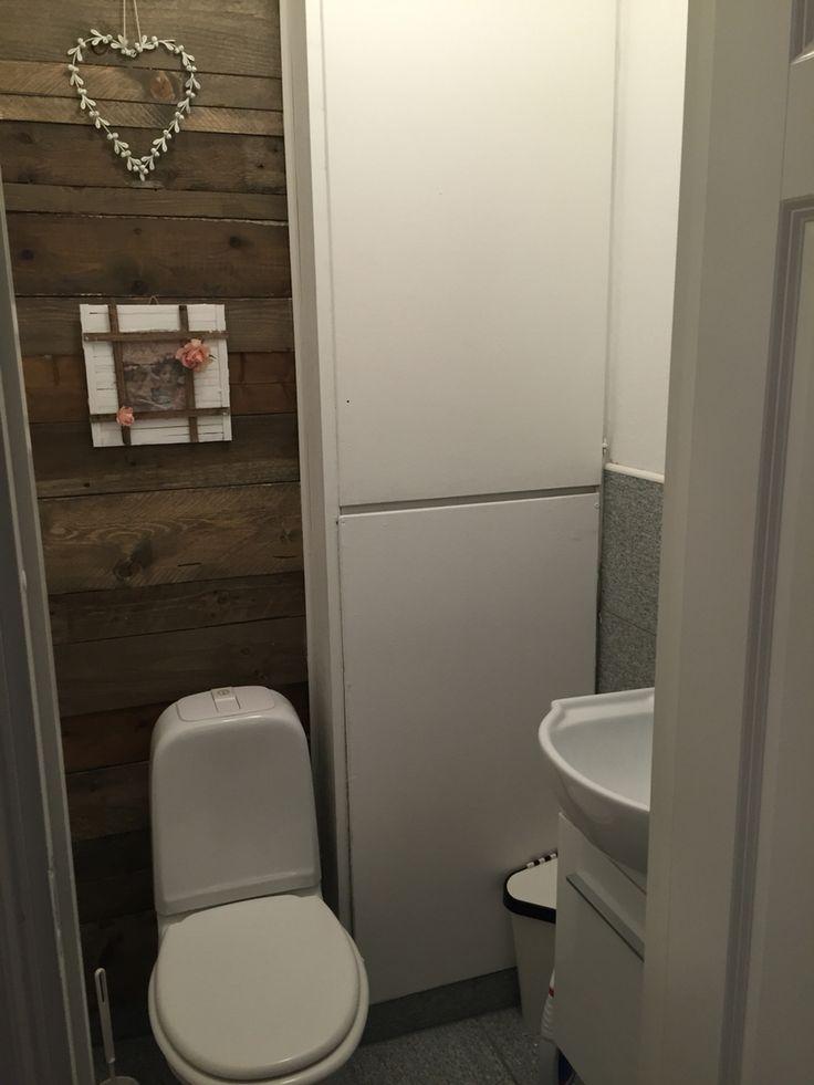 Palle Vegg på wc rom  Beiset og lakert