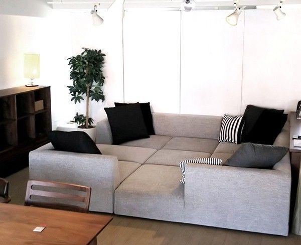 """幅2m54㎝ほどの正方形のソファが入荷してきました!5つのパーツを組み合わせて """"島""""のようなソファとなります! ソファの座り方を根底から覆す提案となります。 ソファは足をソファの上にあげて座るもの!床に座るようにソファに座ることを 提案する「Island」型のソファを提案します!"""