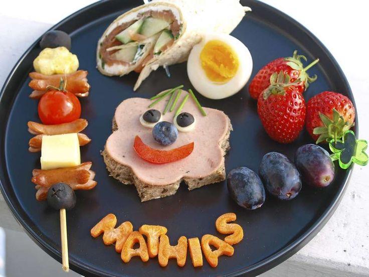GLAD LUNSJ: Brødskive med skinke, pølsespyd, hardkokt egg, jordbær, gulrotbokstaver, druespyd og wrap med kremost og laks.