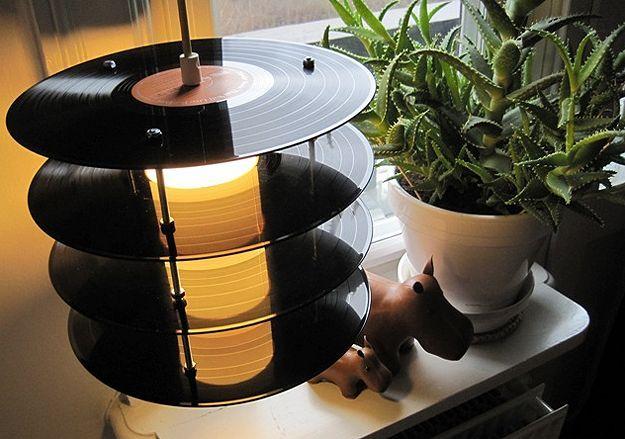 usa un taladro para crear una luz reciclada con vinilos