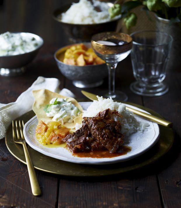 Hvis du er til indisk mad, så vil du elske denne fantastiske hovedret Rogan josh, der har lidt af det hele - det krydrede, det søde, syrlige, knasende og cremede!