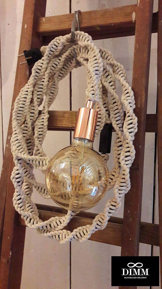 Fantastisch macramé lichtsnoer lamp, macrame lichtkabel, macrame light rope. Geknoopt met 4 mm ecru katoen touw, op 5 meter / 16,4 feet geaard electriciteitssnoer, voorzien van lichtschakelaar en stekker. Mooie koperen E27 fitting. Licht kabel is flexibel, dus je kan hem om elk gewenst