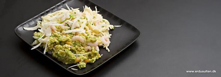 Pasta med rejer og avocado . Perfekt sommermad, der er køligt, frisk og saftigt.