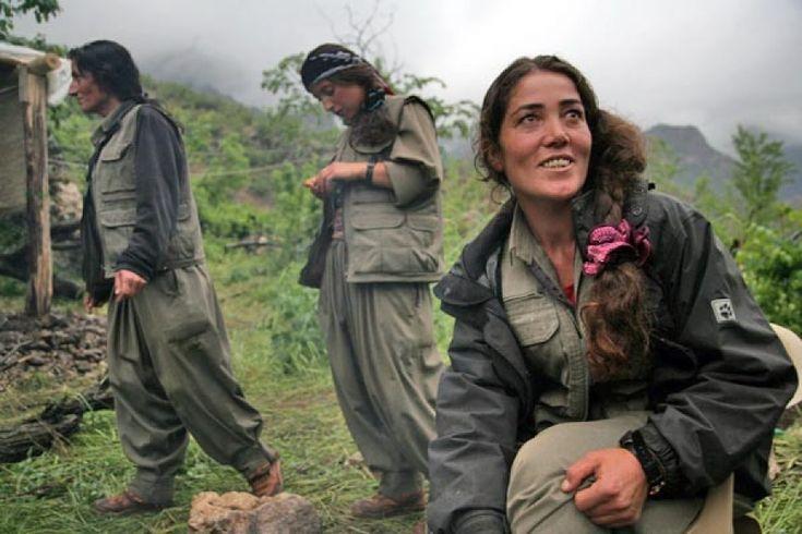 העולם כולו מדבר עלינו, נשים כורדיות. הם נדהמים מהנשים הללו אשר נלחמות נגד הגברים שרוצים לצבוע את המזרח התיכון בשחור, תוהים מהיכן הן מקבלות את האומץ שלהן וכיצד הן יכולות לצחוק בצורה כנה כל כך. ואני תוהה בנוגע אליהם. אני מופתעת מכמה מאוחר הם שמו לב אלינו, כיצד הם מעולם לא ידעו עלינו.