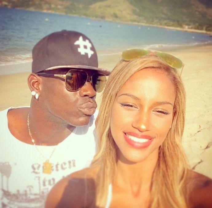 Balotelli ao lado da namorada Fanny Neguesha em Mangaratiba (Foto: Reprodução Instagram)