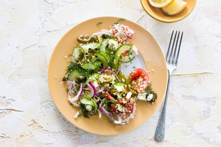 """De fetakaas is wat dit gerecht helemaal """"af"""" maakt. Serveer couscous bij deze frisse Griekse salade met komkommer en dille en je waant je in Griekenland!"""