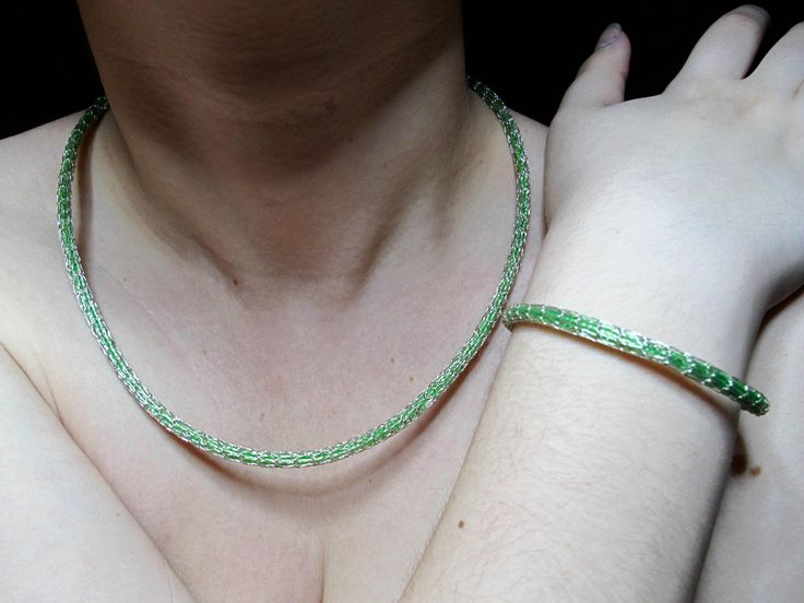 Martine Achard   Une parure de bijoux fait main pour un cadeau de Noel. Collier maille Viking et  bracelet assorti. Cuivre argenté et fil a scoubidou.