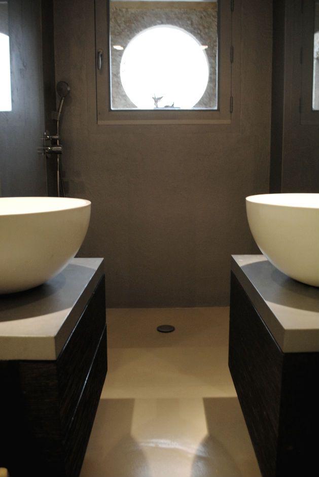 Pavimento in resina zona bagno, con rivestimento piatto doccia nello stesso materiale per un effetto monolitico.