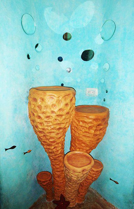 Tocador de baño con forma de esponjas marinas y burbujas de espejo