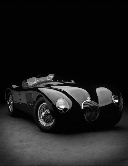 Une #voiture pleine de classe, d'élégance et de #luxe superbement mise en valeur par cette photo en noir et blanc.