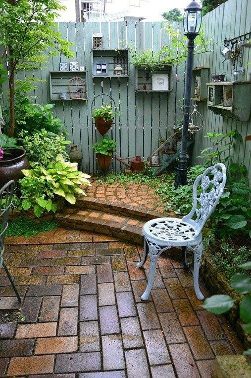 Gartenmauer mit Regalen macht einen privaten Ort, um ruhig zu sitzen.