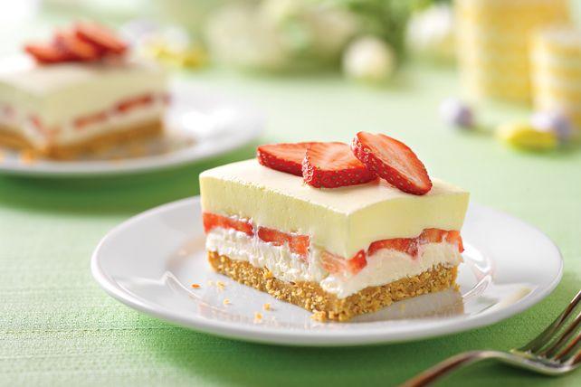 Vous apportez le dessert? Ces carrés onctueux agrémentés de fraises fraîches et parfumés d'une note citronnée plairont à coup sûr. Voilà un dessert sans cuisson au citron qui deviendra assurément un classique familial.