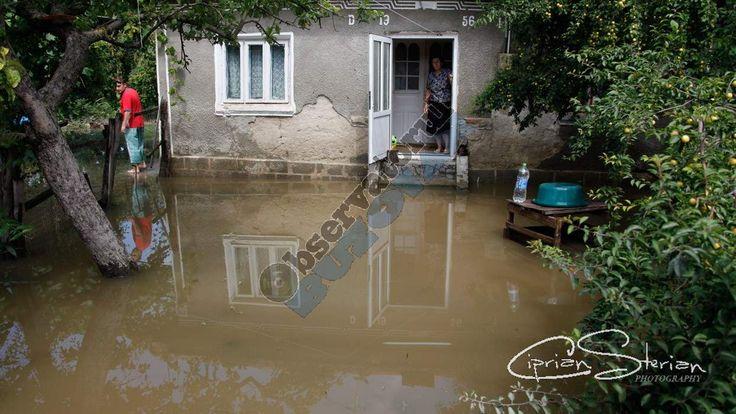 Inundații la Râmnicu Sărat. Apa a intrat în curțile și-n casele oamenilor - https://goo.gl/yRcx8e