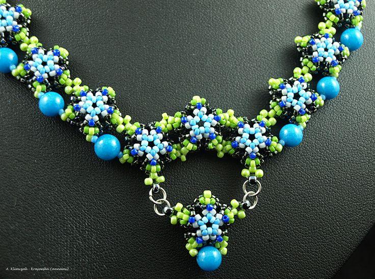 Naszyjnik (druga wersja kolorystyczna) wykonany z kulek hematytu, marmuru, perełek szklanych, koralików Toho w różnych kolorach i rozmiarach, z dodatkiem elementów metalowych. Całość szyta.