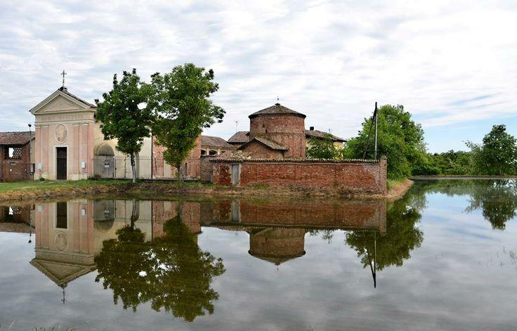 L'antica Pieve romanica di Velezzo Lomellina (XI sec.) si specchia nell'#acqua dI una #risaia. #Lomellina #turismo #natura #monumenti #chiese Pic: Giovanni Vitale