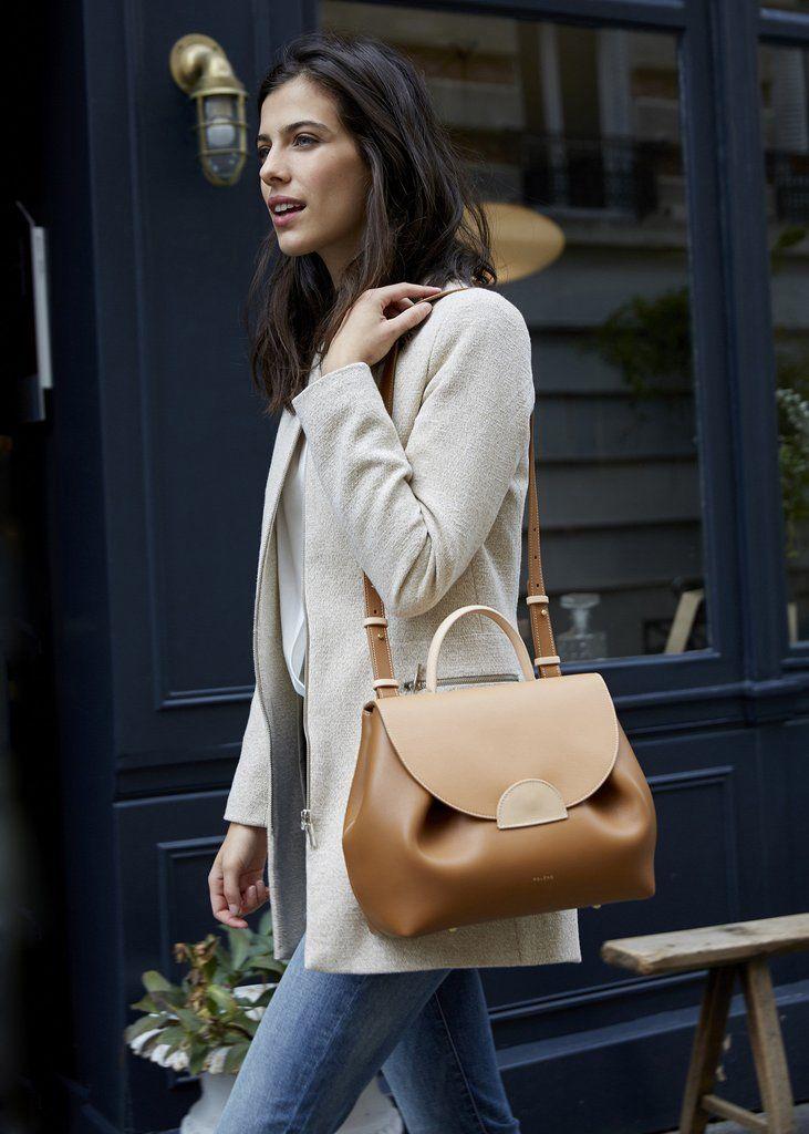 Disponible en pré-commande. Indéniablement féminin de par la volupté de ses courbes, le « Numéro Un » est notre sac...
