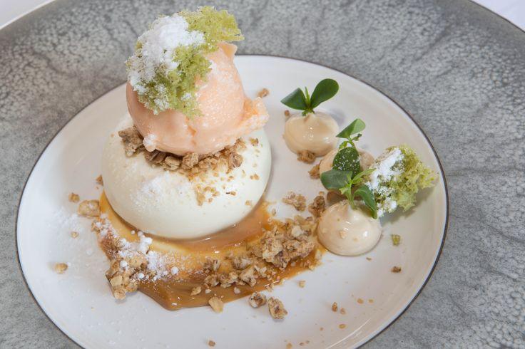 Pompoensorbet, panna cotta van karnemelk, cruesli, karamel hangop,  spongecake van pistache, notencress