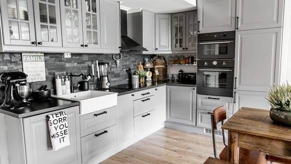 KJØKKEN: Hvitt kjøkken ble for landlig for Lone Borg Norum, som heller ønsket seg noe grått og mørkere. Hun har satt overskapene helt oppunder taket for å få best mulig plass mellom skap og benk. På veggen er det satt opp fliser i matt naturstein.