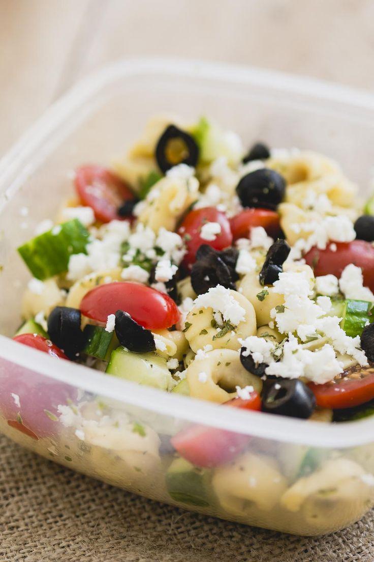 Deze griekse pastasalade is ideaal om mee te nemen in je lunchbox, door de pasta is het een vullende maaltijdsalade een een lekere lunchh zonder brood.