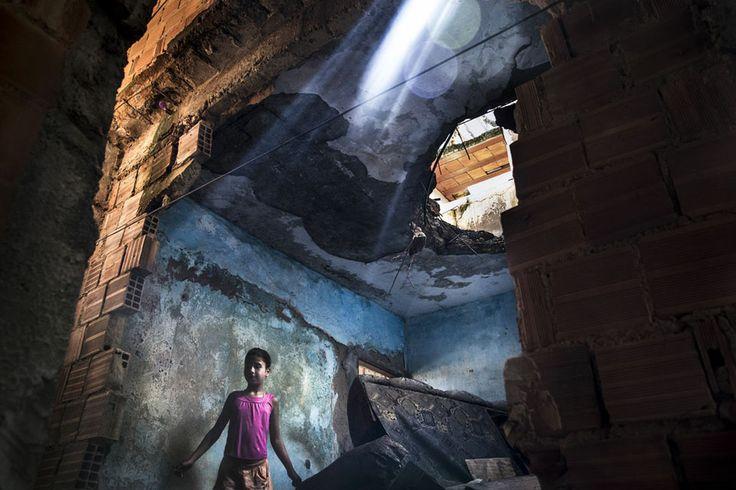 Vanderley Pereira da Silvan tytär leikkii tuhotussa naapuritalossaan Complexo do Manguinhosin favelassa. Heidän perheensä on uhattu häätää, ...