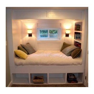 Bedstee. Dubbel bed. Aan een kant ingebouwde planken. In plaats van open planken onderaan, gesloten lades.