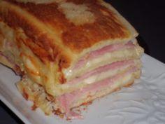 Cette recette, je l'ai vue sur différents blogs et elle m'a tout de suite tentée. Plus rapide à faire que les croque-monsieur en plus avec une cuisson au four, génial. J'ai beaucoup aimé, mes enfants préférent les vrais. Cake croque-monsieur. 12 tranches...