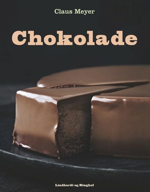 Claus Meyer har kastet sig over en gammel kærlighed … chokolade. Glæd dig til en bog fyldt med fantastiske opskrifter på chokolade i alle tænkelige afskygninger. Forkæl dig selv med fløjlsbløde chokolademousser, fantastiske flødeboller, fyldte chokolader, himmelske isdesserter og syndige chokoladekager.