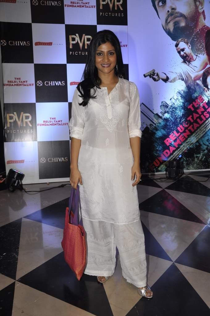 Konkana Sen Sharma in white lucknowi chikankari embroidered suit.