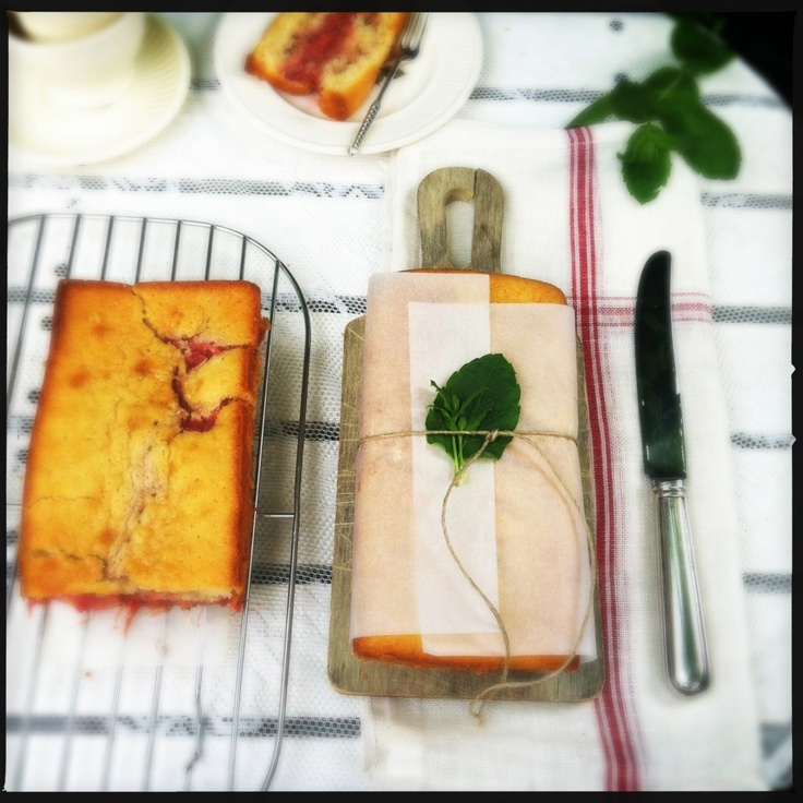 Rhubarb-strawberry cake with ginger   http://madebyellen.com/rabarber-aardbeien-cake-met-gember/
