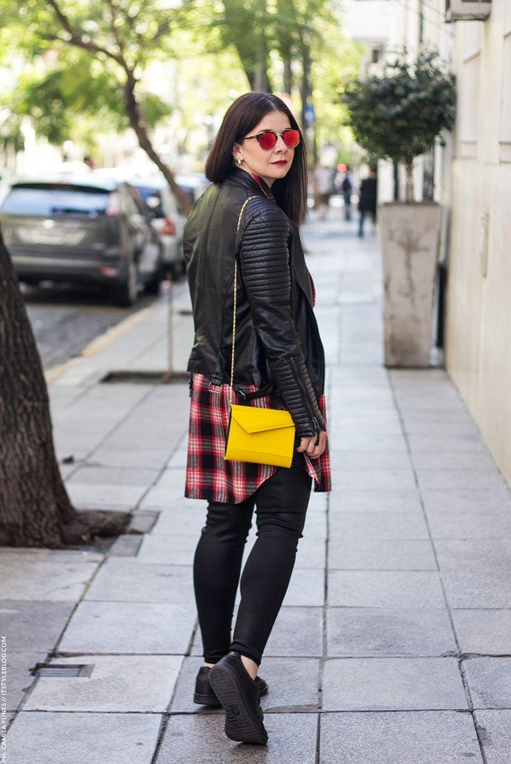 Streetstyle en buenos aires para invierno con look en total black y clutch estilo jimmy choo amarillo