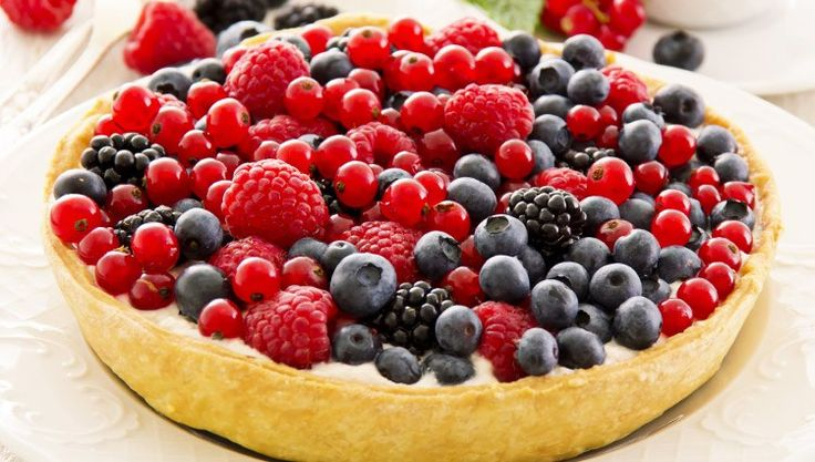 La crostata ai frutti di bosco prevede diverse preparazioni di base ma si tratta di elementi di facile esecuzione che richiedono tempi non troppo lunghi.