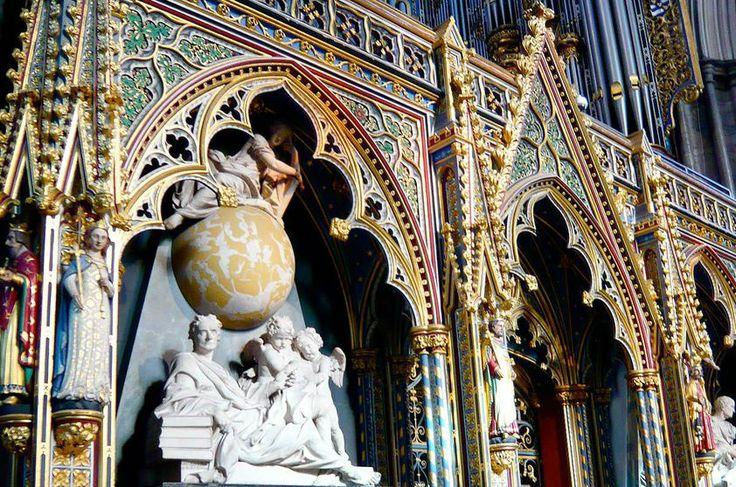 Inglaterra Fundada no século 10, a Abadia de Westminster, em a Londres, não é um cemitério, mas aqui jaz personalidades célebres como Isaac Newton e Charles Darwin, além de reis, rainhas e O Soldado Desconhecido. Visitantes dispõem de audioguia em português