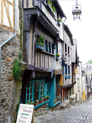 INSPIRATION | BRETAGNE ■ Dinan est fortifiée par une ceinture de remparts et était défendue par un imposant château. Cette cité médiévale était un point stratégique pour la circulation entre la Normandie et la côte nord de Bretagne