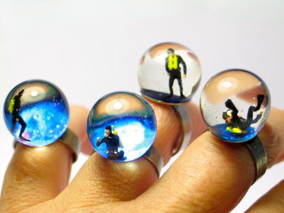 Diver in een tank. Hars ring. Hars sieraden. Moderne sieraden. verstelbare ring, sneeuw globe ring, miniatuur, OOAK
