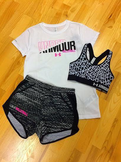 C'est un t-shirt blanc, un soutien-gorge de sport gris et noir, et des shorts noirs.