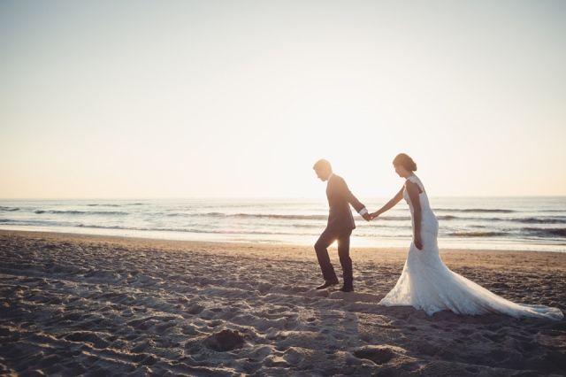 Informeel trouwen in een hippe strandtent | ThePerfectWedding.nl Trouwfoto