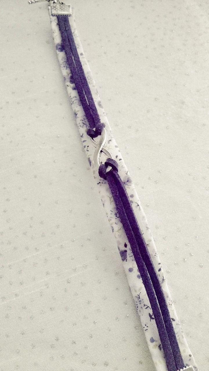 Bracelet Liberty blanc avec des fleurs violettes accompagné d'un bracelet en suédine avec une breloque infinie : Bracelet par soo-happy